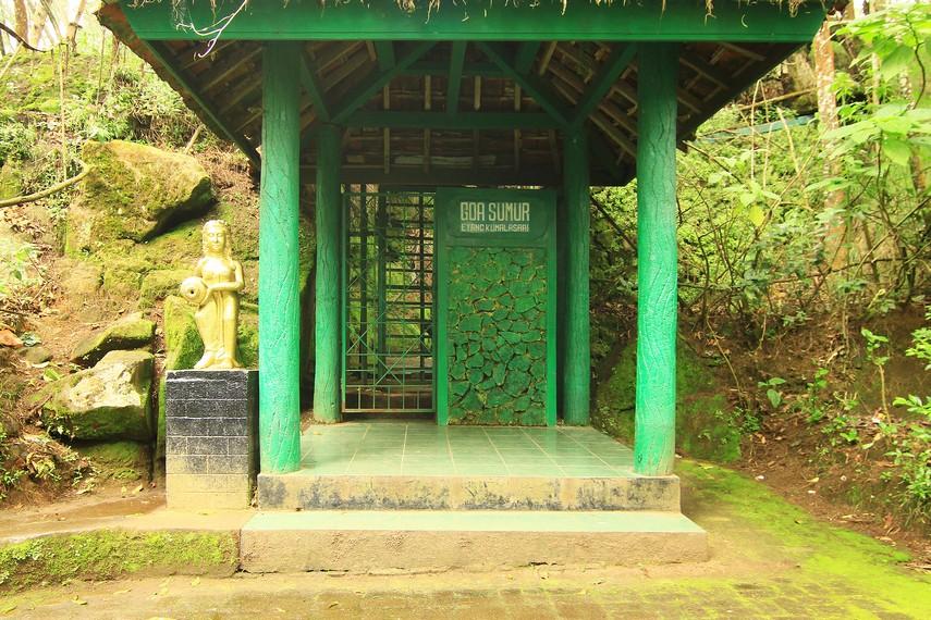 Masyarakat setempat percaya di dalam Gua Sumur terdapat Sendang Kamulyaan yang mengeluarkan tirta perwitasai atau tirta amerta