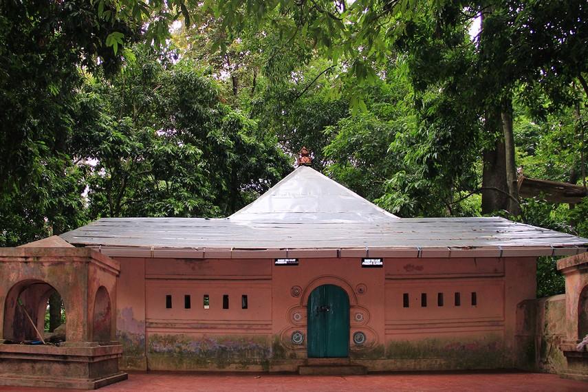 Pada bagian puncak Plangon terdapat makam Pangeran Panjunan dan Pangeran Kejaksaan