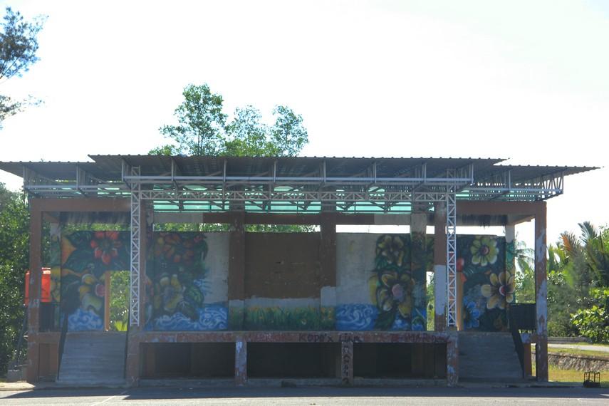 Panggung yang berada di sekitar pantai sering digunakan untuk menggelar acara kesenian Belitung