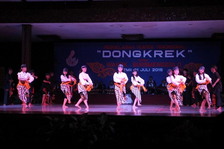Para penari yang ikut menyemarakan pertunjukan kesenian Warok Suro Menggolo