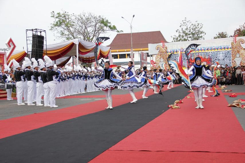 Parade marching band menjadi salah satu penampilan yang menghibur masyarakat di Lampung