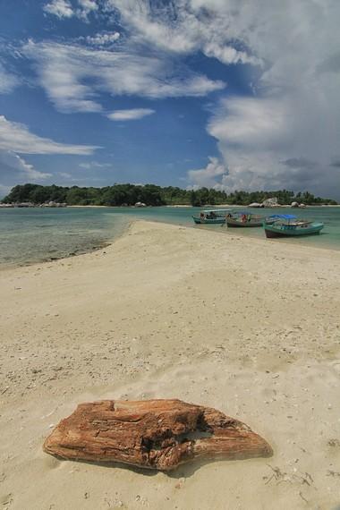 Pasir putih dan ombaknya yang tenang menjadikan Pulau Babi tempat yang nyaman untuk melakukan aktivitas olahraga air seperti berenang