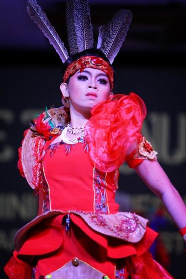 Penari bopureh mengenakan pakaian adat Kalimantan Barat yang sudah dimodifikasi pada beberapa bagiannya