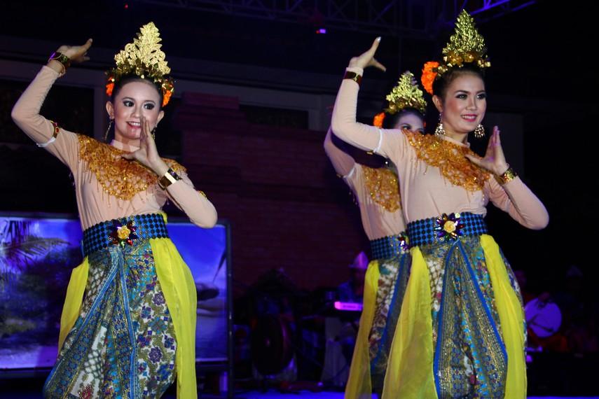 Penari perempuan yang berperan sebagai warga kampung mengenakan pakaian tradisional Sumatera Selatan, yaitu baju kurung dengan bawahan kain songket