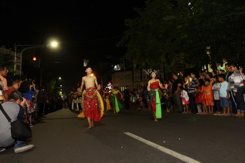 Penari yang mengenakan kostum tradisional Jawa juga ikut ambil bagian dalam parade ini