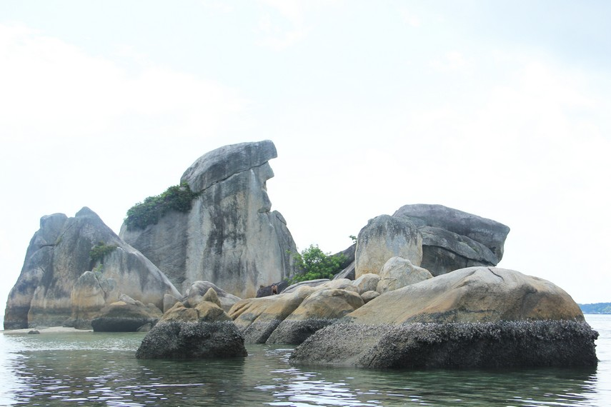 Pengunjung dapat berjalan mendekati batu granit berbentuk paruh burung yang letaknya agak menjorok ke laut