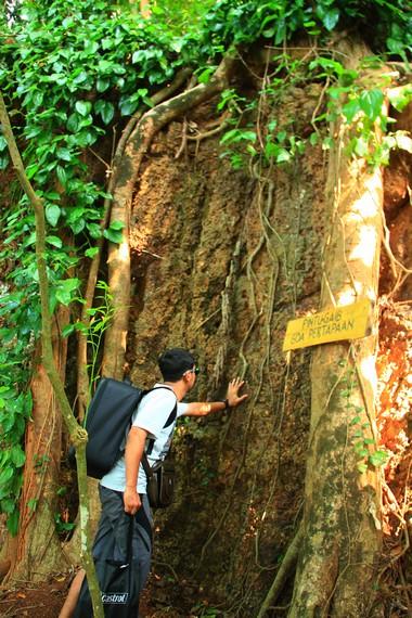 Pengunjung dapat merasakan adrenalin yang menantang saat memasuki gua-gua yang ada di area ini