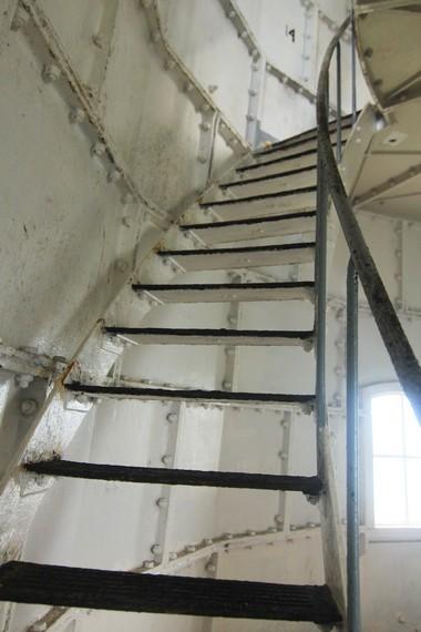 Pengunjung harus menempuh 18 lantai untuk sampai ke puncak tertinggi menara ini