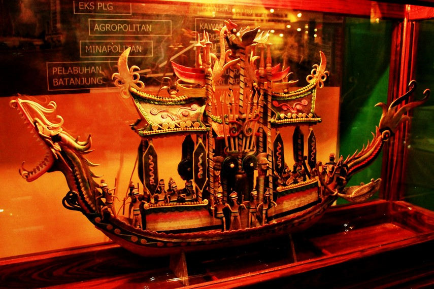 Perahu naga yang terbuat dari getah pohon nyatu, salah satu kerajinan khas Kabupaten Kapuas, Kalimantan Tengah