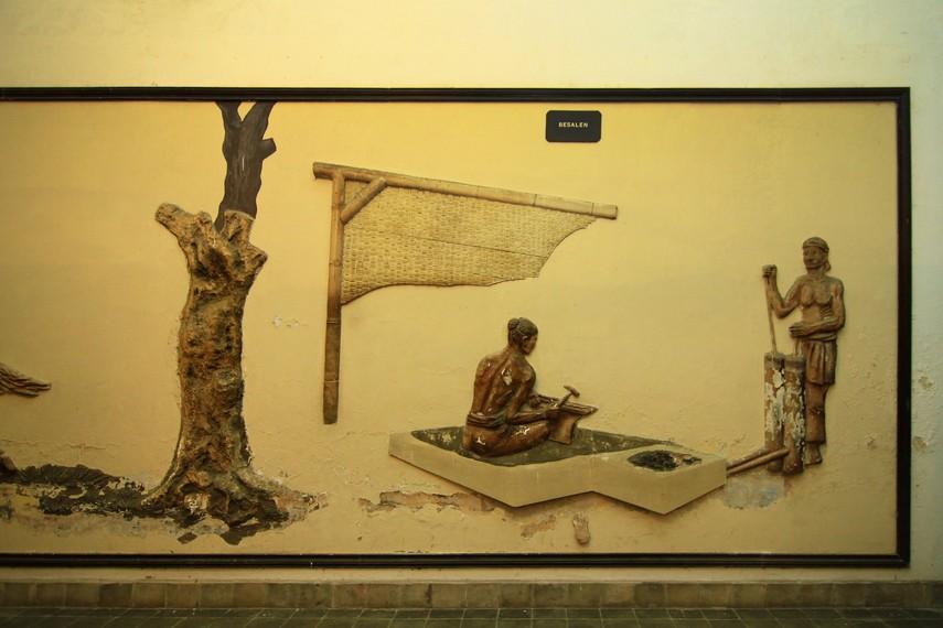 Relief besalen yang menghiasi salah satu dinding di Ruang Alat Upacara. Besalen merupakan proses pembuatan keris yang dilakukan secara tradisional