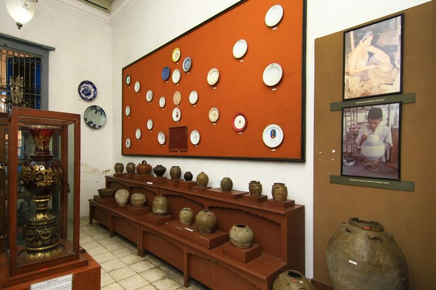 Ruang Keramik menyimpan berbagai keramik peninggalan masa Belanda. Ada pula piring sewon yang dibuat untuk memperingati 1.000 meninggalnya seseorang