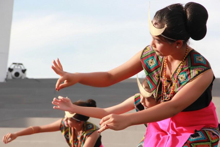 Salah satu gerakan dalam tari Sandang Insana yang menggambarkan seorang gadis sedang menanam benih kapas