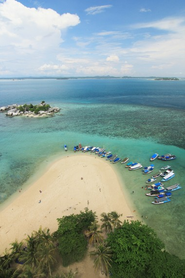 Salah satu sudut pemandangan yang disajikan dari atas mercusuar yang terdapat di Pulau Lengkuas