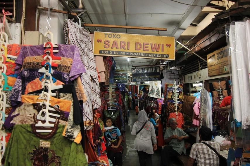 Salah satu yang membuat pasar ini ramai dikunjungi adalah harga barang-barang yang dijual cenderung lebih murah dibanding di tempat lain