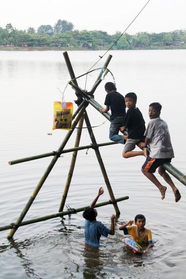 Selain keberanian, permainan panjat pinang juga membutuhkan kerjasama kelompok yang baik