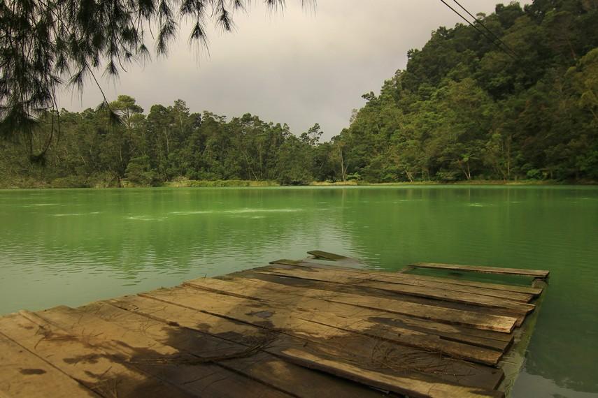 Telaga Warna merupakan telaga vulkanik yang terbentuk akibat letusan Gunung Perahu Tua