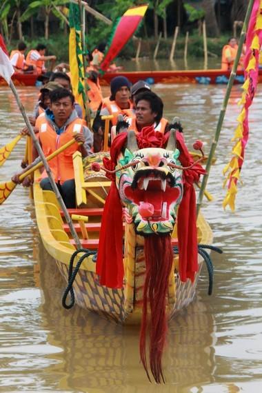 Tradisi perahu naga (Lion Cun) bentuk pengingatan kembali atas upaya pencarian jenazah Qu Yuan yang menceburkan diri ke sungai