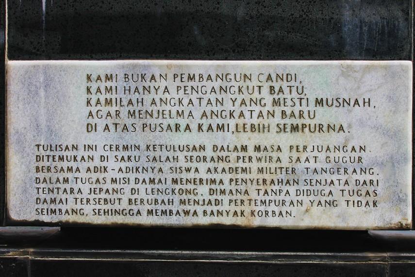 Tugu di bagian area taman makam sebagai pengingat jasa para pahlawan yang dimakamkan di taman makam ini
