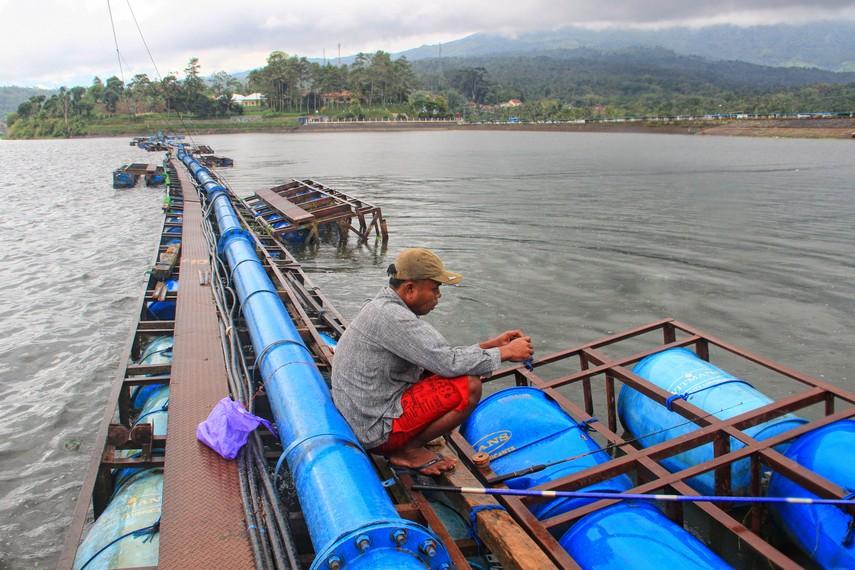 Memiliki kedalaman mencapai 100 meter, Waduk Darma sering digunakan memancing oleh warga