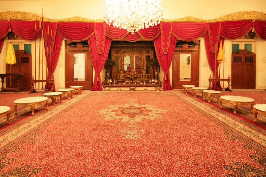 nDalem Agung merupakan bagian utama dari rumah. Ruang ini biasa digunakan untuk makan keluarga. Di belakangnya, terdapat tiga kamar atau senthong