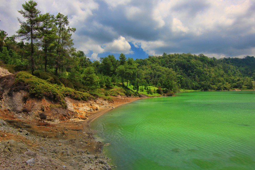 Dari bibir danau ini pengunjung yang gemar memancing dapat menyalurkan hobinya