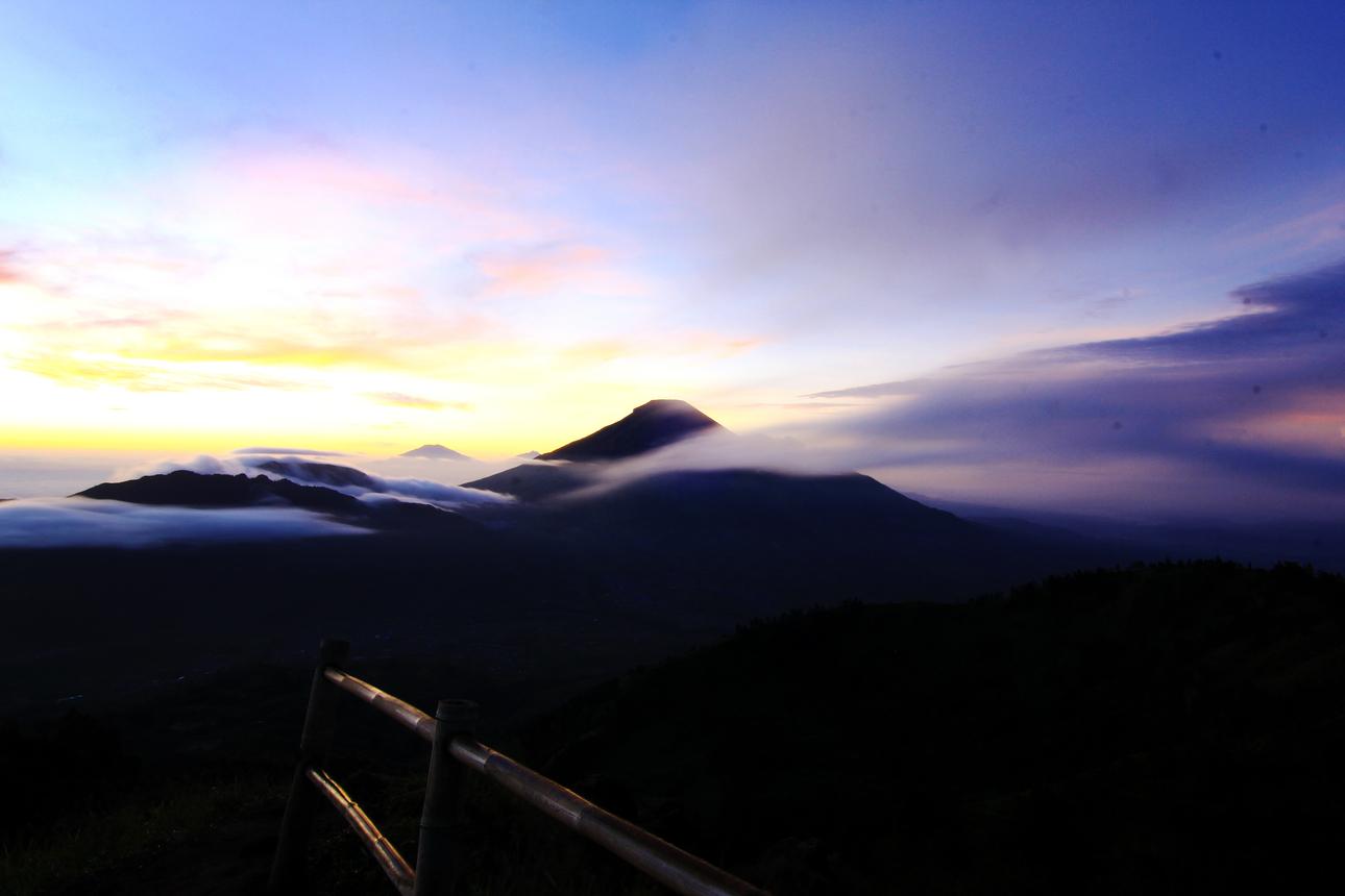Sinar matahari akan bersinar melalui Gunung Sikunir, Sindoro, Merapi, Merbabu, Telomoto, dan Ungaran. Membuat pemandangan semakin mempesona