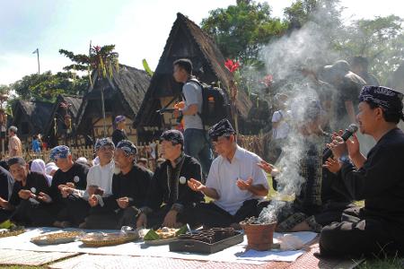 Bakaran kemenyan yang berfungsi sebagai wewangian mengiringi para kokolot yang sedang berdoa