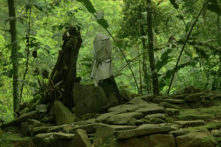 Para kokolot mengakui banyak orang yang datang dan menaruh sesaji pada hari-hari tertentu di luar tradisi Seren Taun di makam leluhur