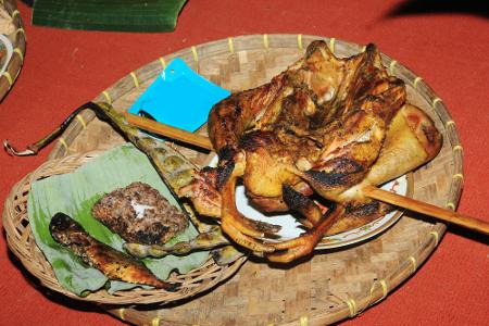Sesajian ayam kampung bakar dalam ritual netepkeun