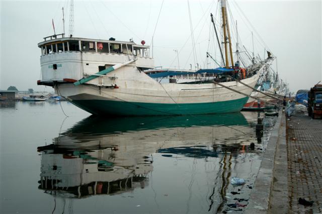 Sebuah kapal bersandar di pelabuhan