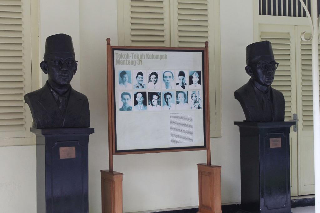 Patung dua proklamator yang ada di halaman depan Gedung Joang