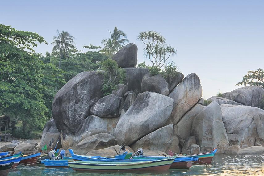 Di sekitar pesisir Pantai Tanjung Layang, terdapat batu besar dengan batu kecil di atasnya