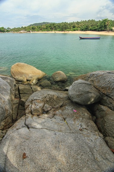 Garis Pantai Teluk Uber jika dilihat dari bebatuan granit yang berada di sudut-sudut pantai