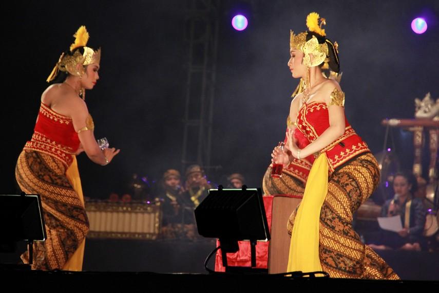 Penari serimpi sangupati mengenakan pakaian temanten gaya keraton