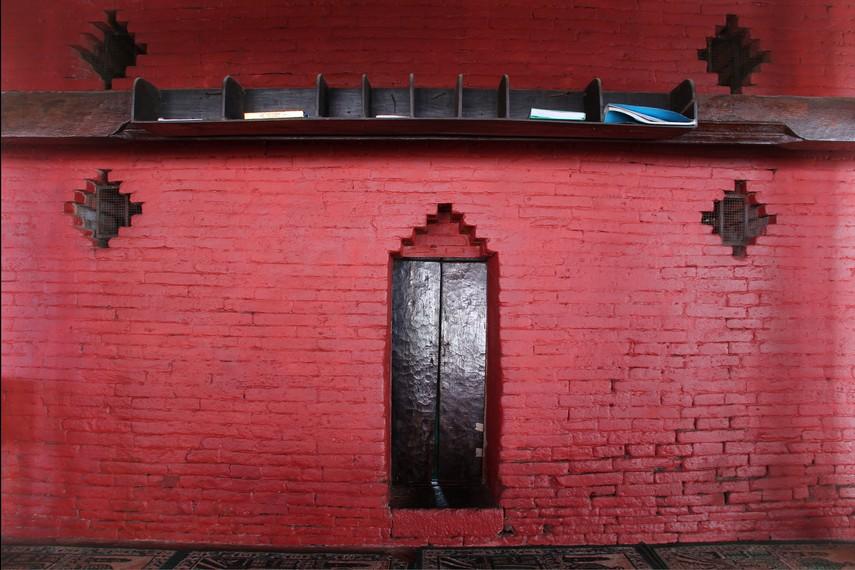 Pintu di sisi kanan dan kiri masjid yang dibuat lebih rendah menyimbolkan bentuk penghormatan dan merendahkan diri saat memasuki masjid