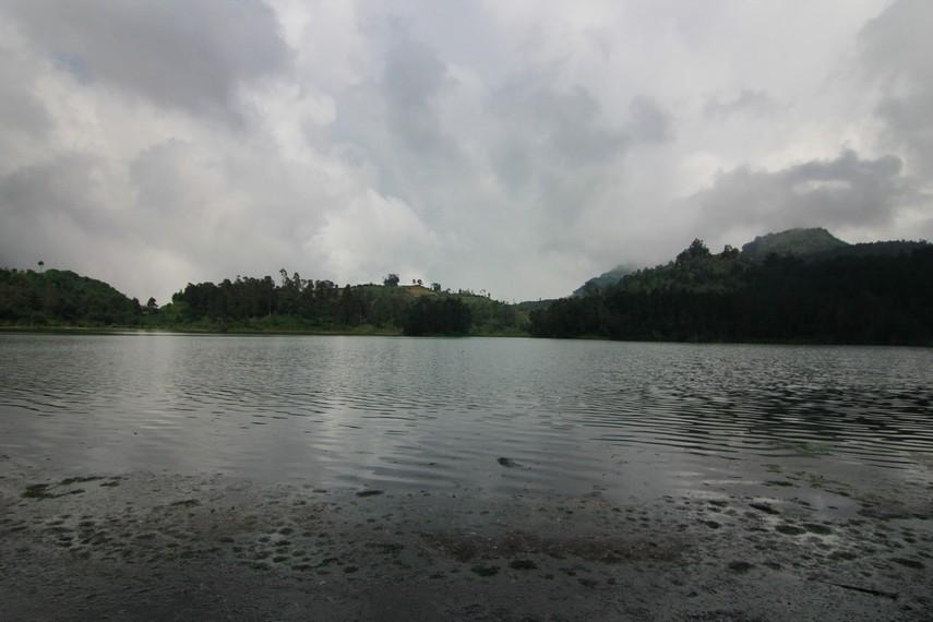 Air di Telaga Warna memiliki kandungan belerang yang sangat tinggi, sehingga di kawasan telaga tidak dapat ditemukan ikan