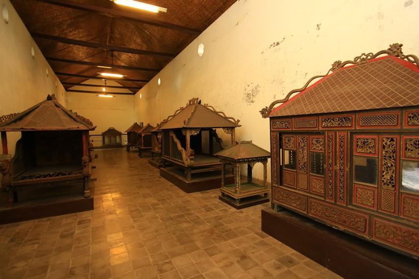 Alat angkut kerajaan pada masa lalu adalah sebuah ruang dari kayu yang diangkat beberapa abdi dalem, seperti tandu, kremun, jolen, dan gawangan