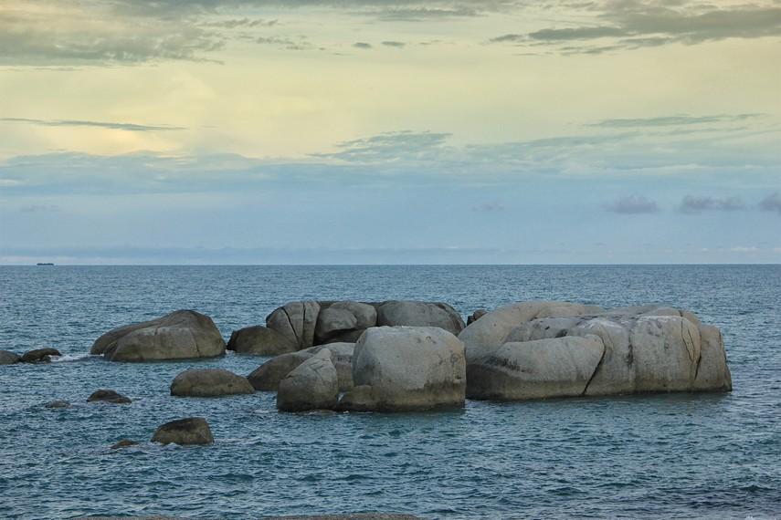 Batu-batu granit di Pantai Penyabong tidak hanya berada di pinggir pantai tapi juga di tengah laut