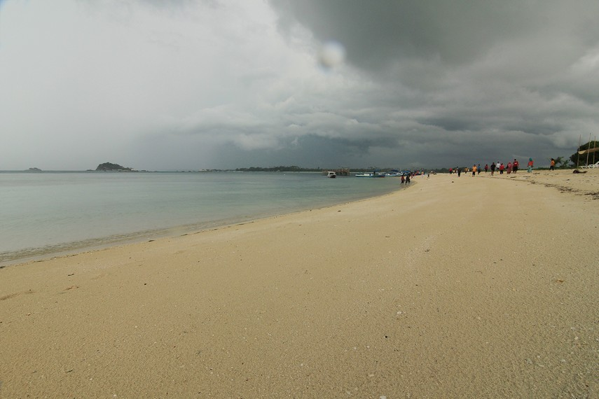 Berjalan-jalan santai sambil sesekali merasakan hempasan ombak menjadi hal yang menyenangkan di pulau ini