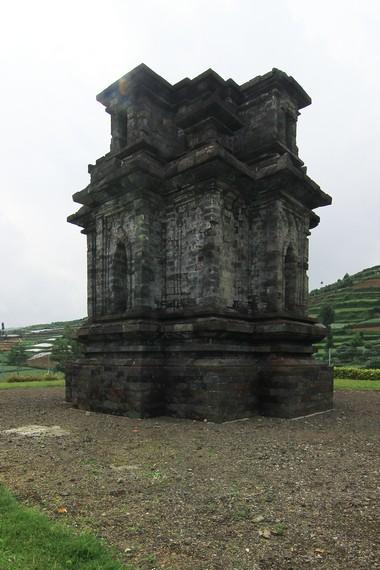 Candi Dwarawati diperkirakan didirikan pada abad 8 Masehi dan merupakan tempat pemujaan kepada Dewa Syiwa
