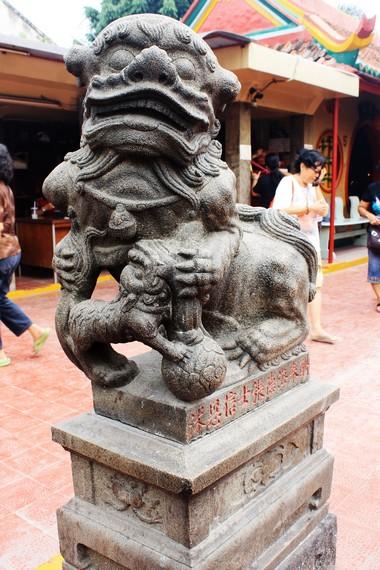 Cioh Sai (Singa Batu) yang terdapat di bagian depan klenteng. Cioh Sai ini dibuat di Cina pada tahun 1827