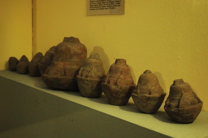 Sejumlah koleksi stupika yang merupakan sebagian kecil peninggalan zaman Hindu-Buddha yang dipamerkan di Gedung Timur