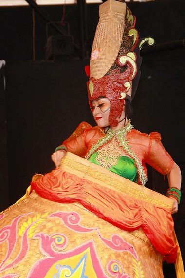 Di panggung, kelima penari wanita ini berputar-putar memainkan boboko dengan gerakan lemah gemulai