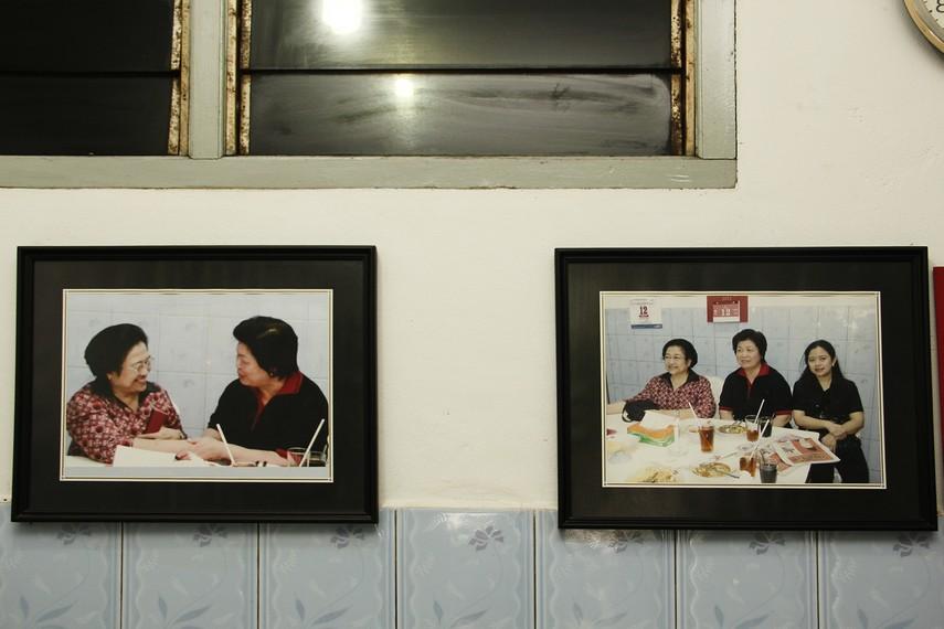 Foto Mantan Presiden Megawati bersama putrinya Puan Maharani yang pernah mampir ke Mie Belitung Atep
