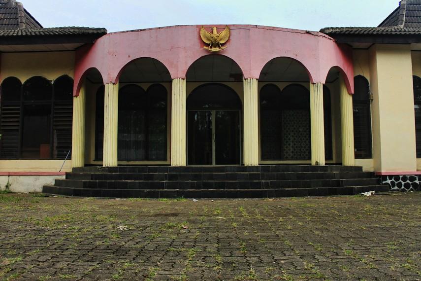 Gedung yang berada di area taman makam kini digunakan sebagai kantor sekertarian para veteran