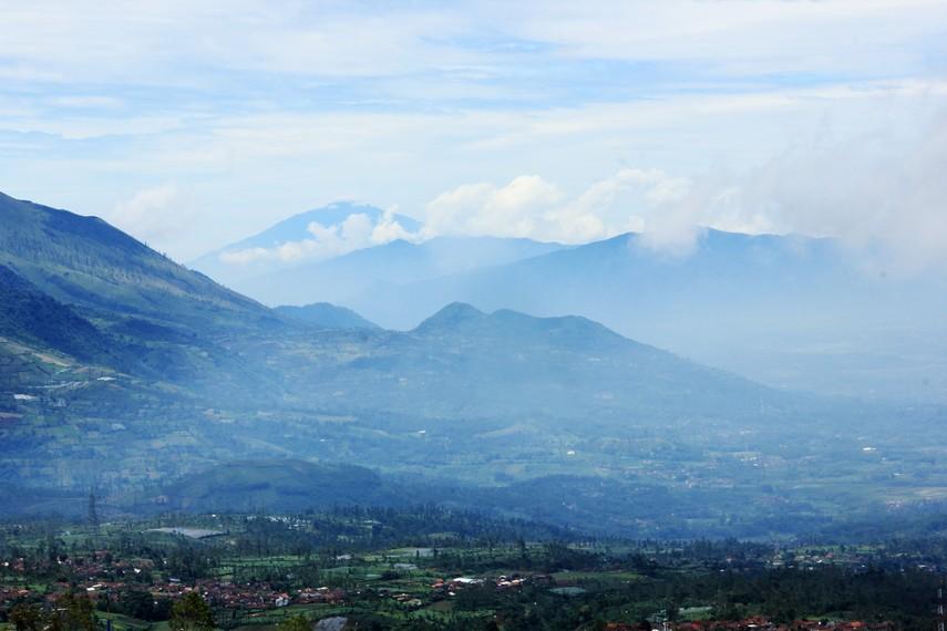 Gunung Cikuray, gunung tertinggi di wilayah Garut, menjadi bagian panorama kawasan Puncak Darajat