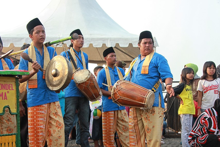 Diiringi kelompok orkes kampung, yang terdiri beberapa alat musik, seperti kendang, gong, kenong, dan sukong