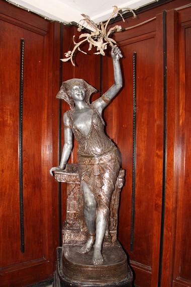 Salah satu koleksi patung dari Eropa yang merupakan hadiah bagi Sultan Kutai