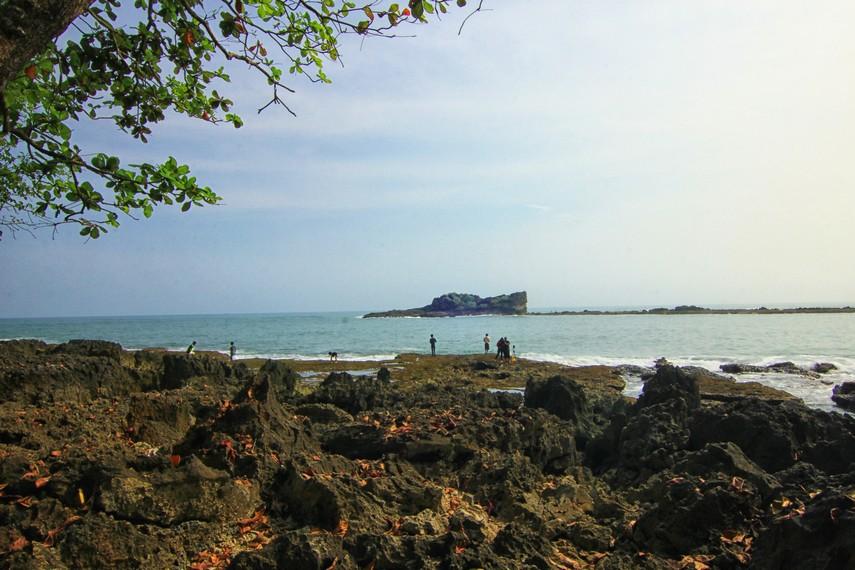 Pengunjung juga dapat melakukan aktivitas memancing di Pulo Manuk