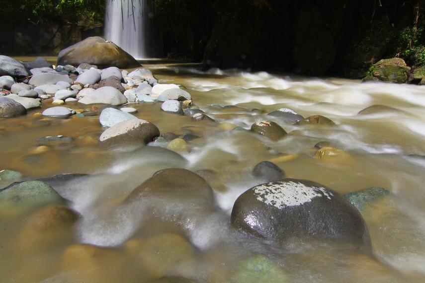 Bebatuan Sungai Air Baru menghias keindahan Curug Lematang Indah